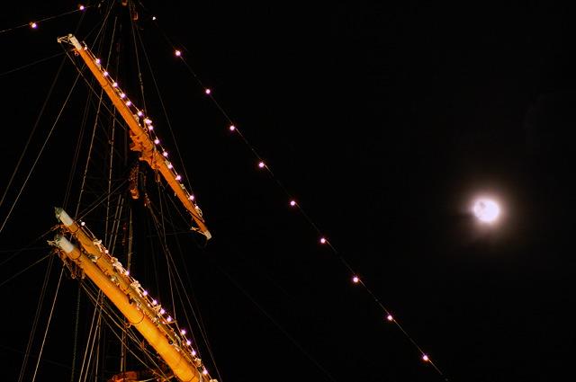 月とマスト